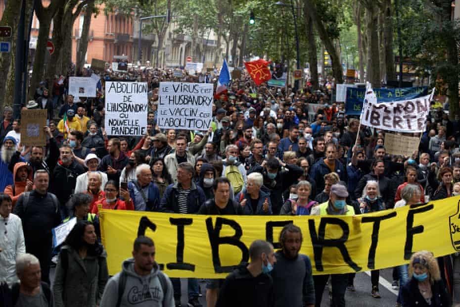 Hàng ngàn người đã biểu tình vào ngày 31/7 ở Toulouse chống việc tiêm chủng bắt buộc ở Pháp. Ảnh: Shutterstock