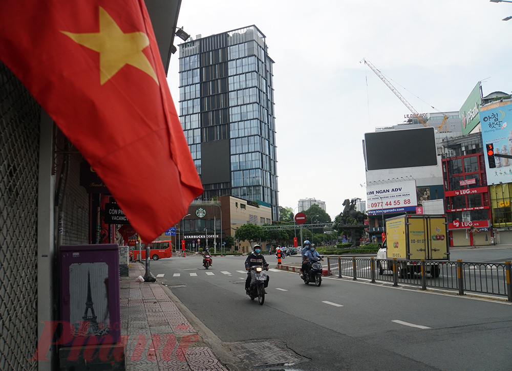 Tại các nẻo đường của Thành phố, cờ đỏ sao vàng tung bay trước đó, báo hiệu sự mới mẻ, căng tràn hy vọng TPHCM sẽ sớm chiến thắng dịch COVID-19
