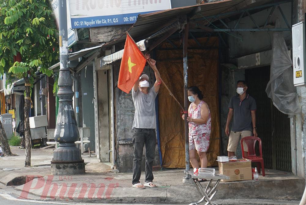 Chưa đến 6g sáng, người dân tại đường Nguyễn Văn Cừ, quận 5 đã treo cờ Tổ quốc đón mừng ngày Quốc khánh.