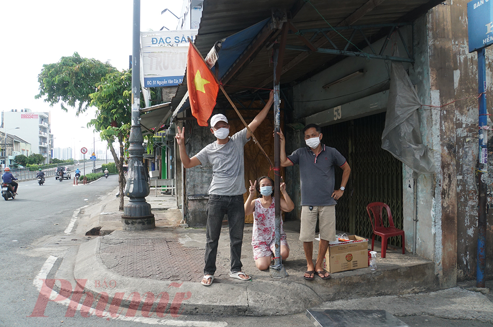 Cô Huỳnh Thị Được (58 tuổi) cho biết do Thành phố đang thực hiện Chỉ thị 16 phòng, chống COVID-19 nên mấy hôm nay cô chưa mua được lá cờ mới, Cờ Việt Nam, dù cũ hay mới cũng rực lửa chiến thắng trong tim người dân Việt. Tôi tin hôm nay ở khắp nẻo đường của TPHCM cờ đỏ sao vàng sẽ rực rỡ lắm. Màu đỏ cũng là màu chiến thắng, Việt Nam sẽ sớm đẩy lùi dịch bệnh mà thôi, cô Được nói.