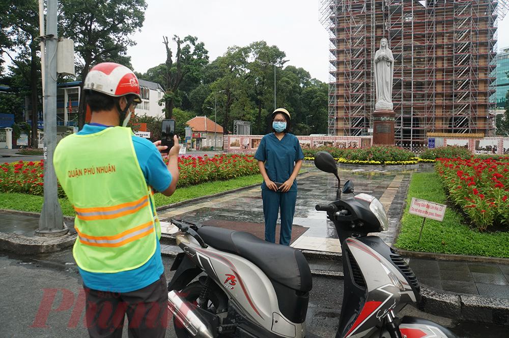 Hai nhân viên y tế từ Hà Nội vào TPHCM chi viện phòng, chống dịch COVID-19, trên đường đi làm ghé vào Nhà Thờ Đức Bà lưu lại ảnh kỷ niệm