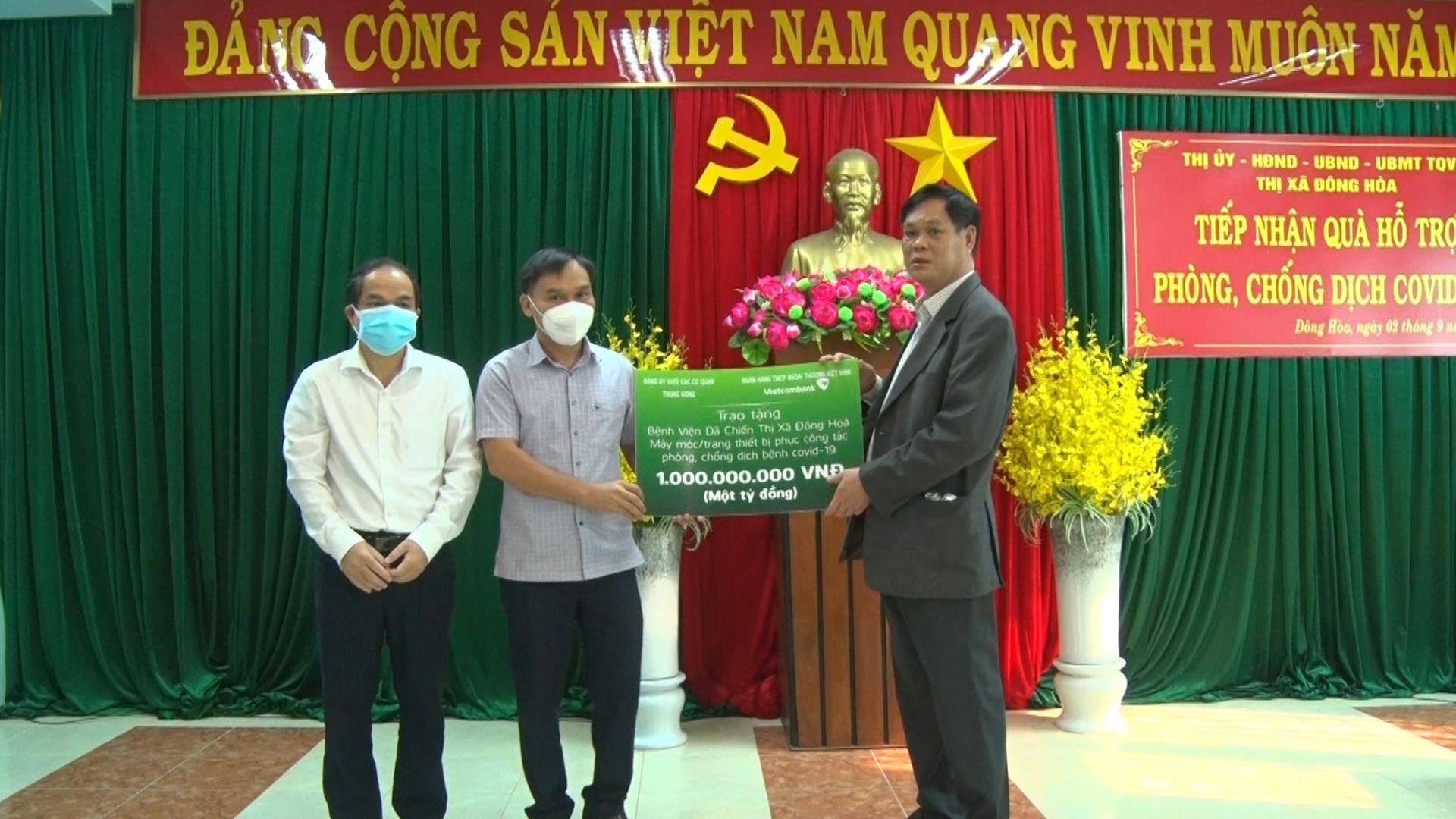 Đồng chí Huỳnh Tấn Việt (ngoài cùng bên phải) tặng 1 máy thở cho Bệnh viện dã chiến thị xã Đông Hòa