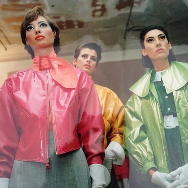 Người mẫu Ánh Dương (áo xanh) trong chiến dịch quảng cáo cho một thương hiệu cùng với Christy Turlington, siêu mẫu người Mỹ nổi tiếng thế giới. Gương mặt góc cạnh nhưng vẫn mang nét châu Á của Ánh Dương giúp bà trở nên khác biệt, nổi bật