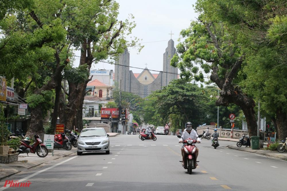 Cách đó không xa con đường Nguyễn Trường Tộ hướng về nhà thờ Chánh tòa Phủ Cam vẫn rợp bóng cây xanh giữa màu thu Độc Lập