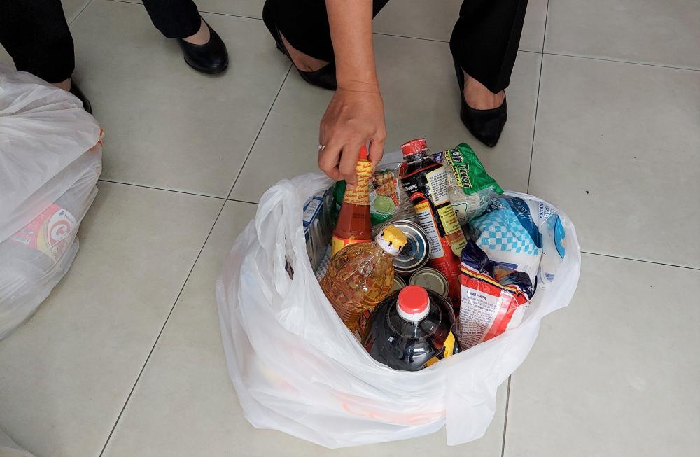 Mỗi túi quà an sinh trị gồm nhiều mặt hàng thực phẩm, gia vị thiết yếu.