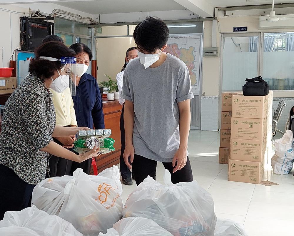 Chủ tịch Ủy ban MTTQ Việt Nam TPHCM Tô Thị Bích Châu cùng đại diện nhà tài trợ kiểm tra các túi an sinh trước khi trao đến tay người dân.
