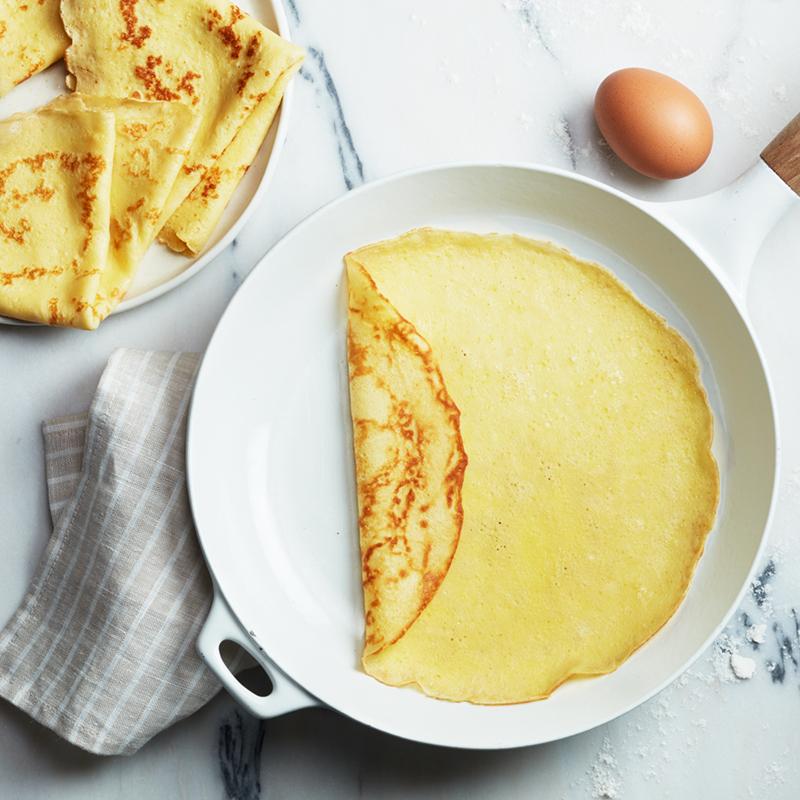 Làm nóng chảo không dính, thoa đều một lớp bơ nhạt. Đổ bột vào chảo, khi bột chín một mặt, lật lại. Vớt bánh chín cả hai mặt ra đĩa.