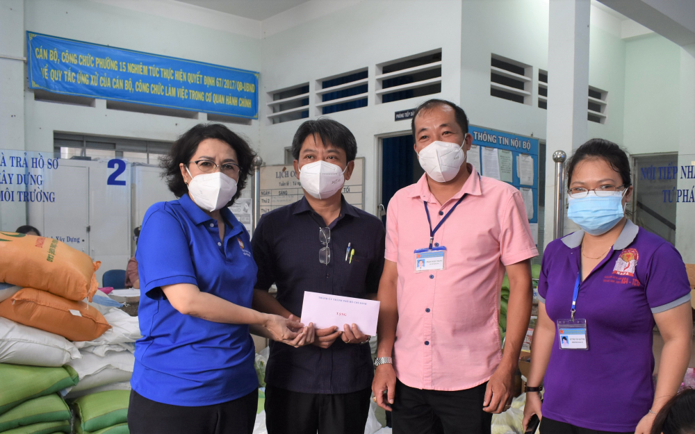 Chủ tịch Ủy ban MTTQ Việt Nam TPHCM Tô Thị Bích Châu trao quà động viên lực lượng cán bộ