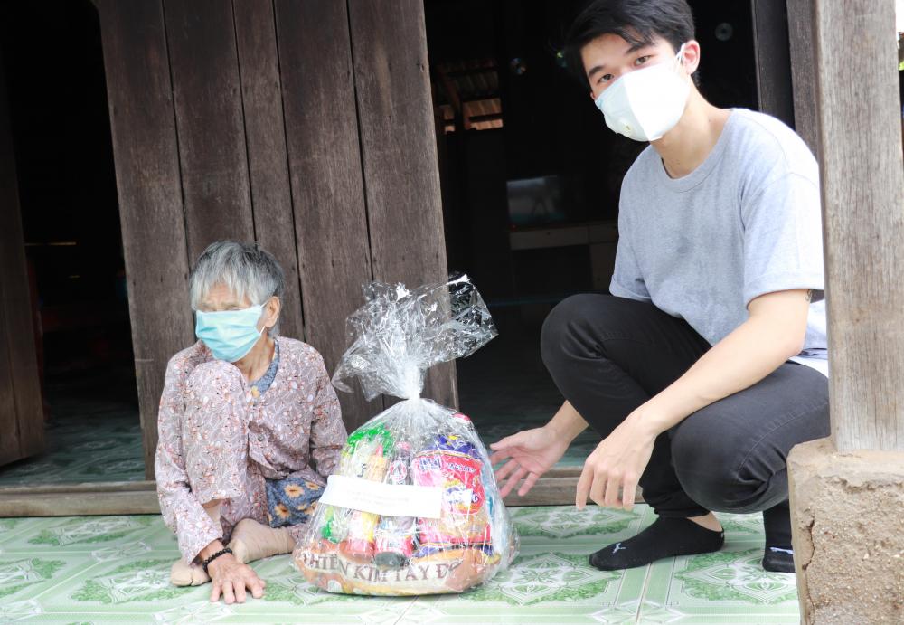 Những túi quà an sinh hỗ trợ kịp thời người dân trong các khu trọ, người lớn tuổi, người yếu thế bị ảnh hưởng bởi dịch COVID-19 tại xã Phước Kiển.