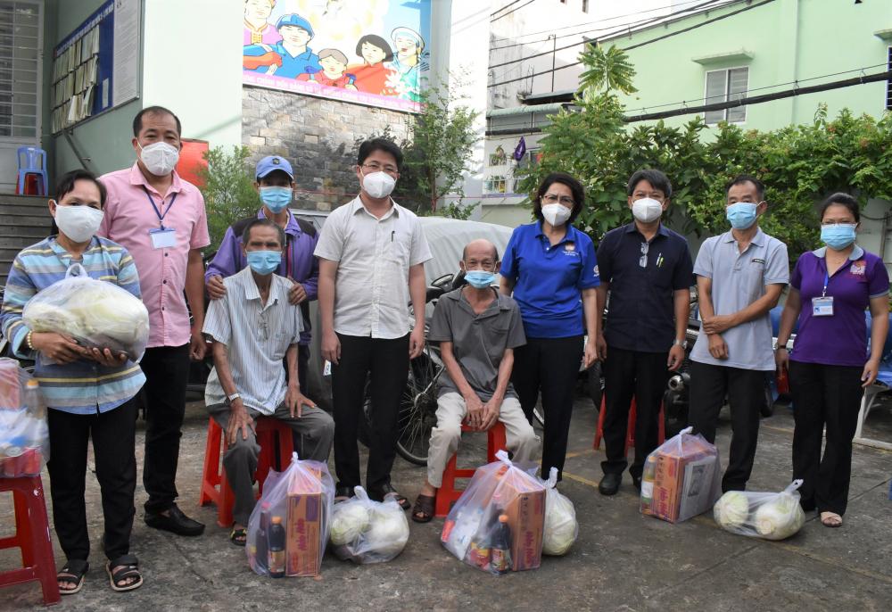 Trao túi an sinh cho người dân có hoàn cảnh khó khăn do ảnh hưởng bởi dịch COVID-19 tại quận Phú Nhuận.