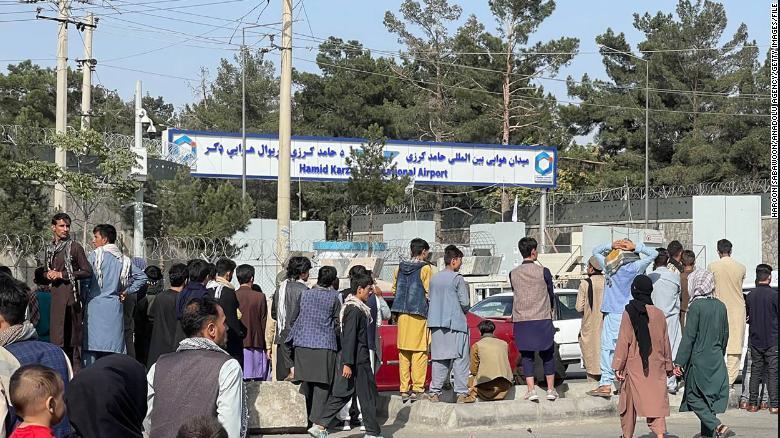 Người Afghanistan chờ đợi xung quanh sân bay quốc tế Kabul để tìm cách rời khỏi đất nước (Ảnh chụp ngày 20/8/2021) - Ảnh: CNN
