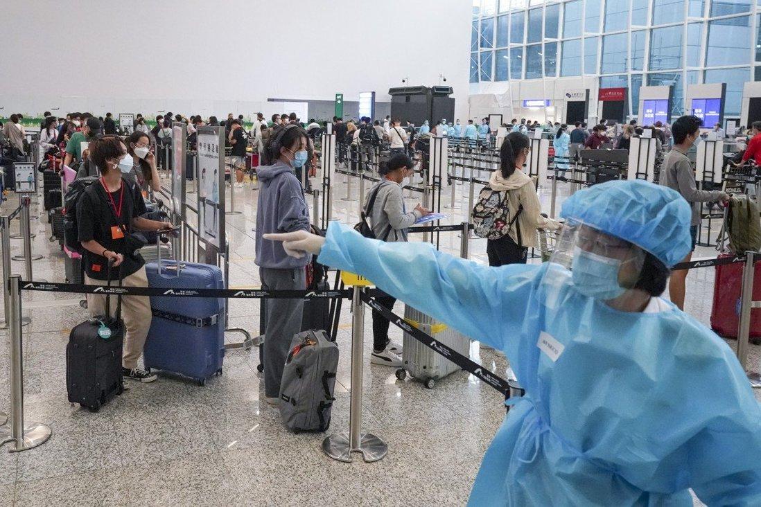 Hành khách xếp hàng kiểm tra y tế tại sân bay Hồng Kông