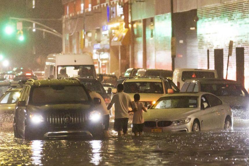 Xe cộ kẹt cứng trên đường phố ngập lụt do mưa lớn sau khi cơn bão Ida đổ bộ vào New York, ngày 1 tháng 9 năm 2021.