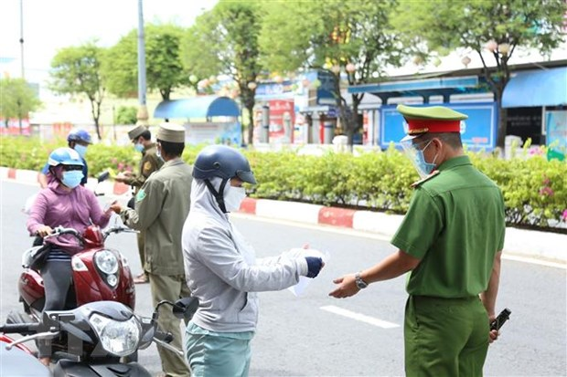 Lực lượng chức năng kiểm tra giấy đi đường của người dân ở Thành phố Mỹ Tho, TIền Giang trong thời gian cách xã hội - Ảnh: Hữu Chí/TTXVN