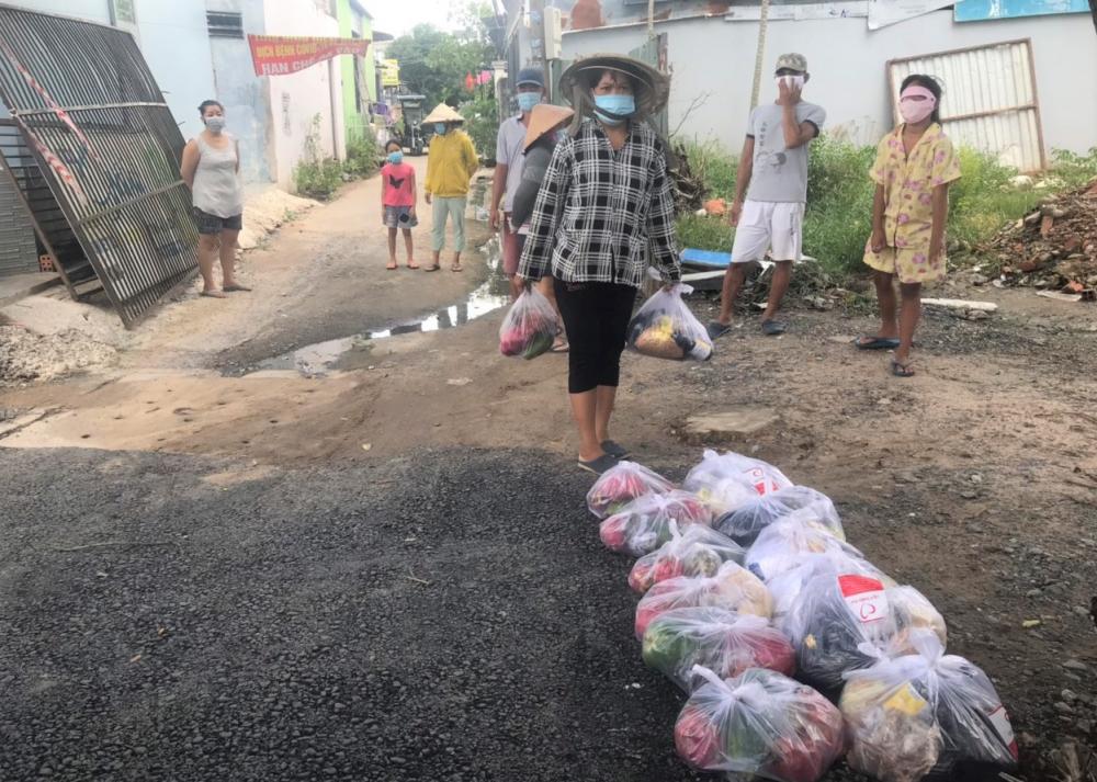 176 túi an sinh đã đến với người dân khó khăn huyện Hóc Môn vào ngày 4/9.