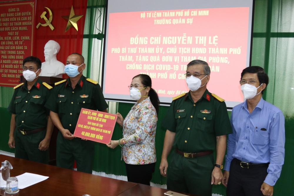 Chủ tịch HĐND TPHCM Nguyễn Thị Lệ cùng đoàn công tác của Thành ủy TPHCM đã đến thăm, động viên và tặng quà cán bộ, chiến sĩ Trường Quân sự Bộ Tư lệnh TPHCM
