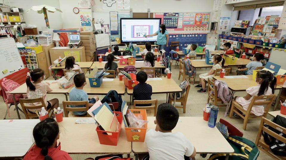 Một lớp học trực tiếp chương trình mùa hè 2021 tại tại Trường Yung Wing P.S. 124, thành phố New York. Ảnh chụp ngày 22/7/2021 - Ảnh: Forbes/Getty Images