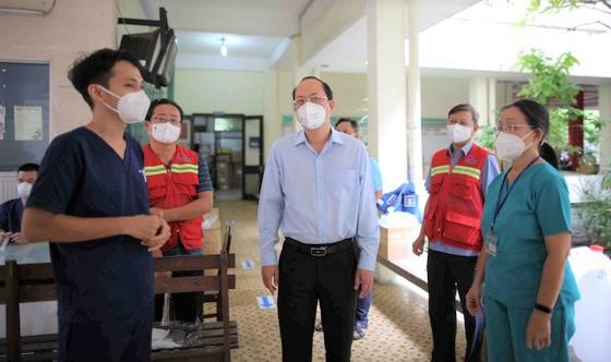 Phó Bí thư Thành ủy TPHCM Nguyễn Hồ Hải thăm hỏi lực lượng y bác sĩ tại Bệnh viện điều trị bệnh nhân COVID-19 đa tầng tại quận 11. Ảnh: Dũng Phương.