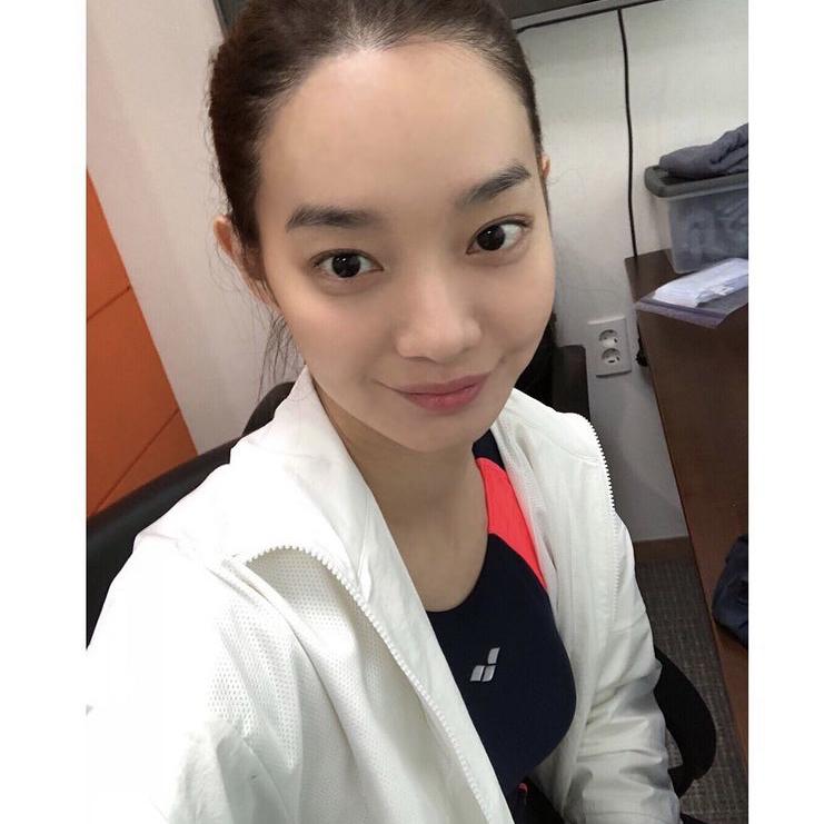 Tập pilates để giữ gìn vóc dáng hiệu quả Về phương pháp tập luyện, Shin Min Ah chia sẻ trong cuộc phỏng vấn với Newsen rằng cô thường tập Pilates để giữ sức khỏe. Các bài tập Pilates không chỉ có thể cải thiện sức bền. Bên cạnh đó, các bài tập còn giúp cô hoàn thành tốt các vai diễn đòi hỏi nhiều cảnh võ thuật. Nhờ đó, cô giữ được vóc dáng cân đối và tràn đầy năng lượng mỗi ngày.
