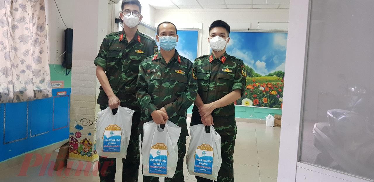 Dịp này, Hội tặng 39 phần quà cho lực lượng quân y tăng cường hỗ trợ quận