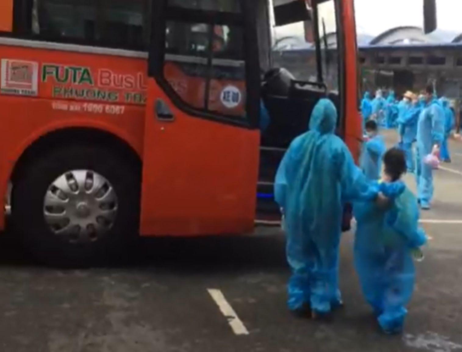 Những công dân Vĩnh Long đầu tiên bước lên xe tại TPHCM chuẩn bị về quê tránh dịch