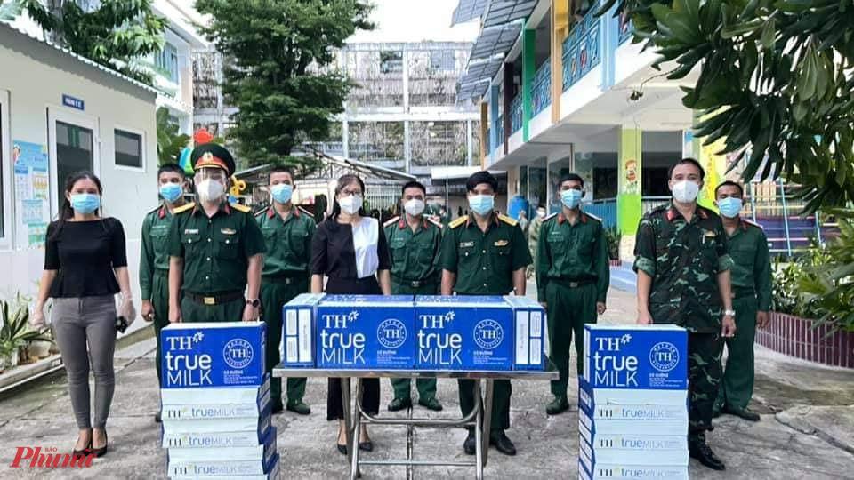 Hội LHPN quận 4 đến thăm, tặng quà đến các chiển sĩ đang làm nhiệm vụ phòng, chống dịch