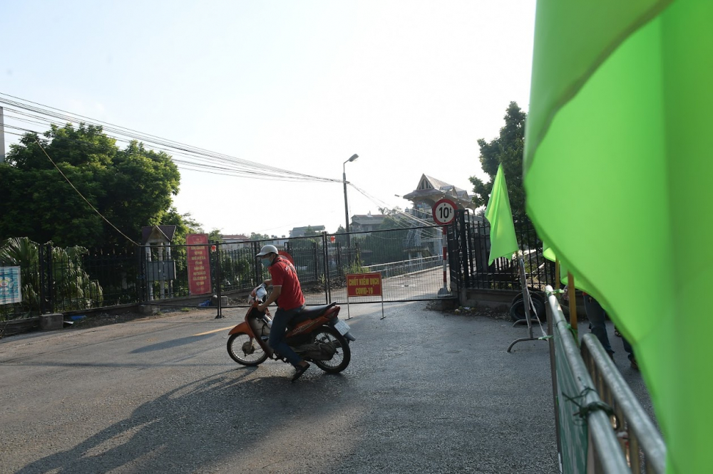 Tại chốt cứng cầu Liêm Mạc 2 (phường Thụy Phương, quận Bắc Từ Liêm) đã hoàn thành, Nhiều người bất ngờ khi thấy cây cầu chốt cứng không thể di chuyển, đành quay đầu.