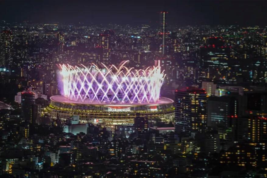 Pháo hoa chiếu sáng trên Sân vận động Quốc gia nhìn từ đài quan sát Shibuya Sky. (Ảnh: AP)