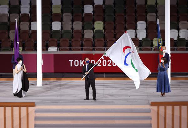 Chủ tịch Ủy ban Paralympic Quốc tế (IPC) Andrew Parsons phất lá cờ Paralympic trước khi bàn giao cho thành phố Paris, nơi đăng cai Olympic và Paralympic vào năm 2024. (Ảnh: Getty)