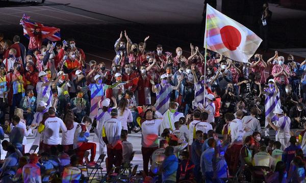 VĐV bóng bàn Koyo Iwabuchi mang quốc kỳ Nhật Bản. (Ảnh: Getty)