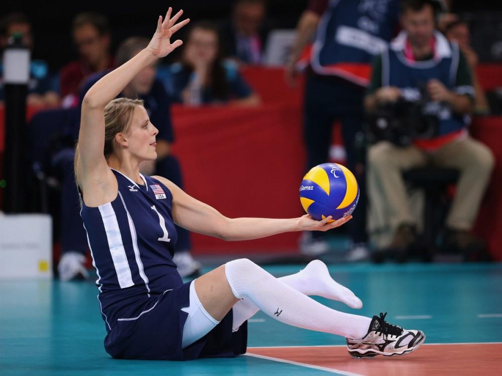 Lora Webster, vận động viên bóng chuyền của tuyển Mỹ, thi đấu khi đang mang bầu 5 tháng.