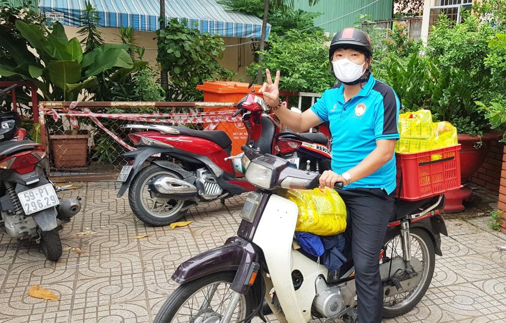 Anh Huỳnh Thanh Hiếu chở thực phẩm đến hỗ trợ các gia đình khó khăn ở P.10, Q.Tân Bình