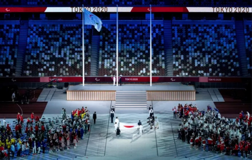 Quốc kỳ Nhật Bản được người mang cờ trao cho các thành viên của Lực lượng Phòng vệ Nhật Bản. (Ảnh: AP)