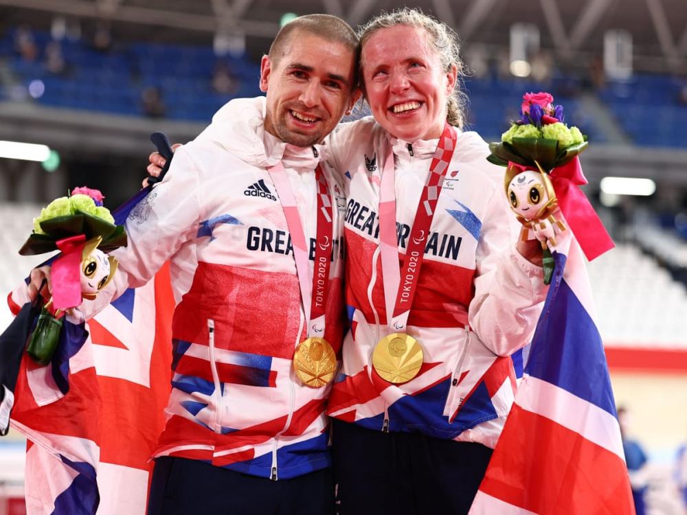 Cặp đôi người Anh Lora và Neil Fachie đều giành huy chương vàng và đánh bại các kỷ lục thế giới ở môn đua xe đạp.