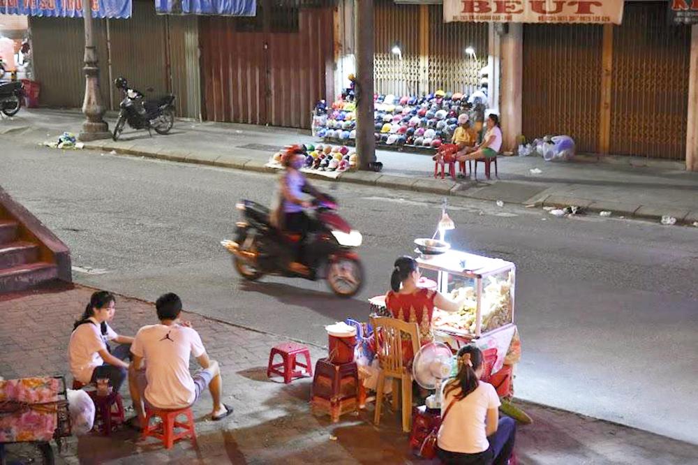 Sức sống khá tẻ nhạt của bờ Bắc sông Hương khiến việc mưu sinh về đêm của người dân Huế cũng trở nên buồn bã