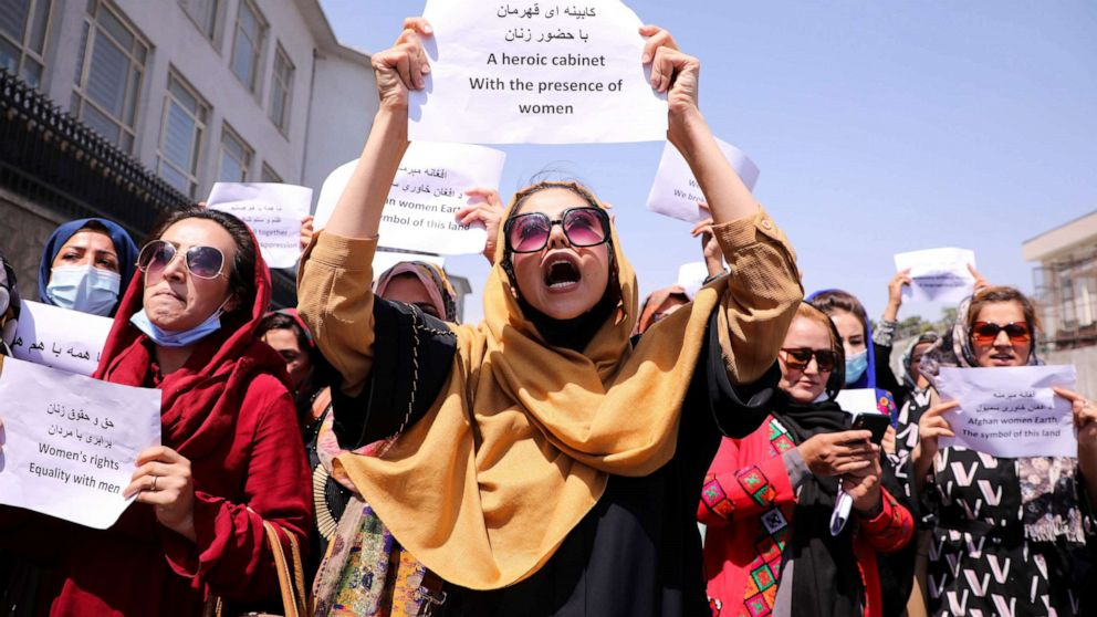 Các nhà bảo vệ quyền phụ nữ và các nhà hoạt động dân sự Afghanistan biểu tình kêu gọi Taliban bảo tồn thành quả và giáo dục của họ, trước dinh tổng thống ở Kabul, Afghanistan ngày 3 tháng 9 năm 2021.