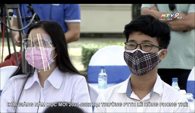 Học sinh dự lễ khai giảng tại Trường THPT chuyên Lê Hồng Phong