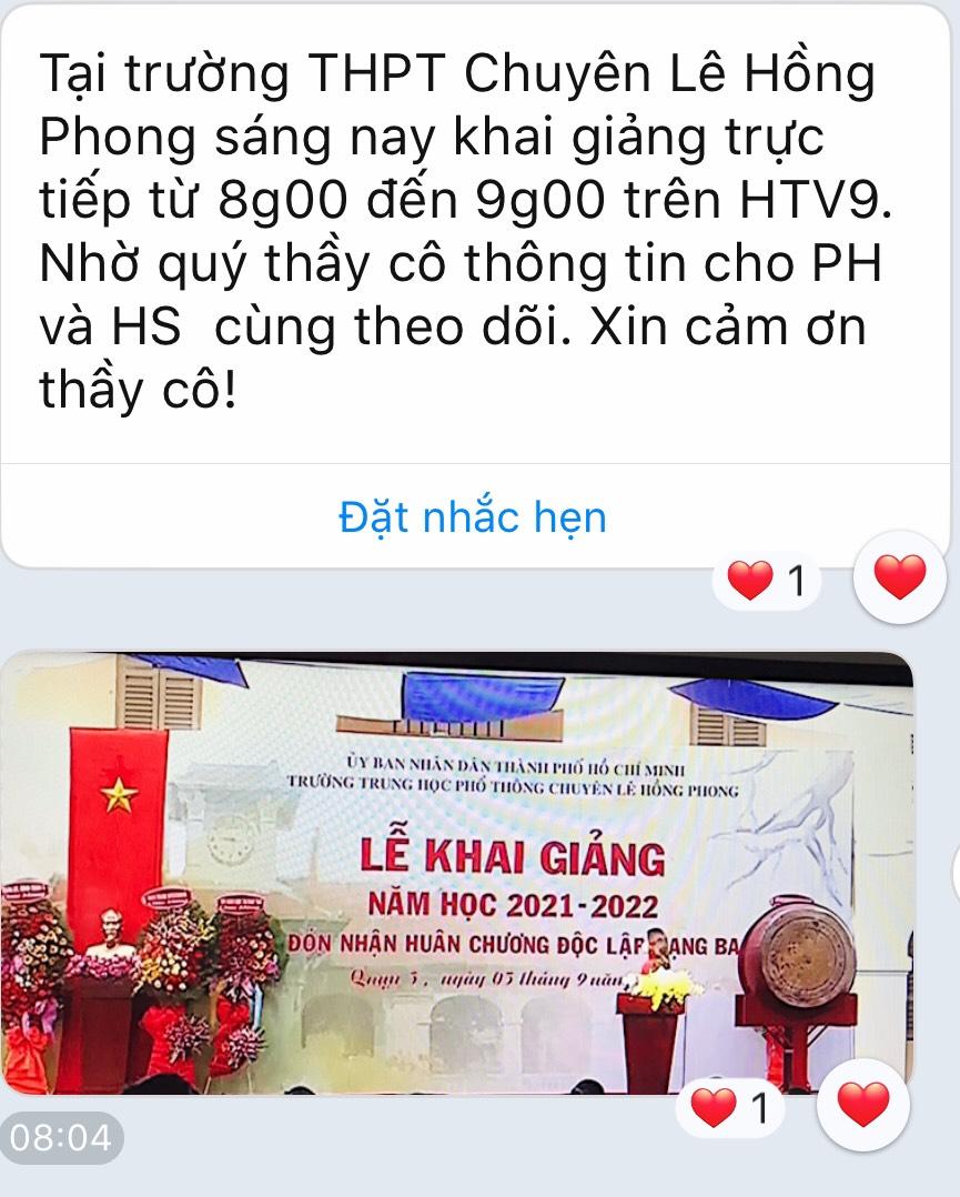 Nhiều học sinh và phụ huynh trường Lê Hồng Phong nhận thông báo về buổi lễ khai giảng trên kênh HTV vào sáng nay