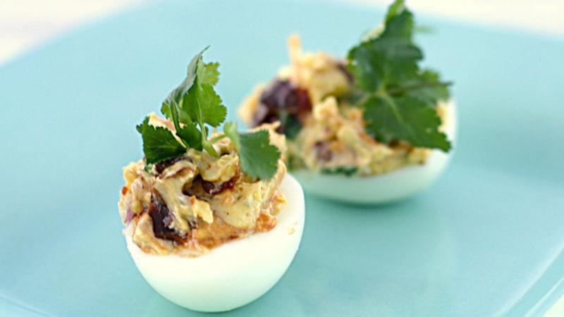 Chipotle Deviled Eggs: trứng luộc chín, bóc vỏ 1/4 chén mayonnaise 2 muỗng canh kem chua 1 ớt chipotle sốt adobo, xắt nhỏ 1/4 hành tím cắt nhỏ 1/4 lá ngò xắt nhỏ Muối và hạt tiêu cho vừa ăn  Các bước Ngăn màn hình của bạn tối đi khi bạn nấu ăn.  1 Cut double the result theo vertical width. Đổ dốc lòng đỏ vào bát nhỏ; nghiền bằng nĩa. 2 Khuấy sốt mayonnaise, kem chua, chip tiêu và hành tây vào lòng đỏ khi thành kem. Please white in the rest up the red Trứng, đánh bông nhẹ. Đậy nắp và để trong tủ lạnh đến 24 giờ. 3 Ngay trước khi phục vụ, trang trí với lá ngò.