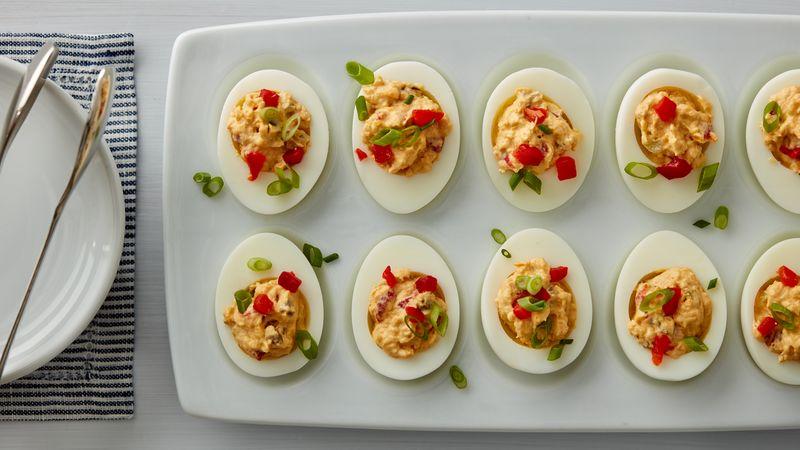 Pimiento Cheese Deviled Eggs: trứng nấu chín, bóc vỏ 1 khối (4 oz) phô mai Cheddar sắc, cắt nhỏ 1/4 chén mayonnaise 1 muỗng canh mù tạt Dijon 1 muỗng xốt Worcestershire 1 muỗng cà phê nước chanh tươi 1/4 thìa cà phê ớt đỏ xay (cayenne) 3 muỗng súp pimientos cắt nhỏ (từ lọ 4 oz) 2 muỗng canh lát jalapeño ngâm Old El Paso ™ xắt nhỏ 1 hành lá xắt mỏng bổ đôi, phần trắng và xanh để riêng.  Các bước Ngăn màn hình của bạn tối đi khi bạn nấu ăn.  1 Cut double the result theo vertical width. Lấy lòng đỏ ra khỏi 4 quả trứng và dùng nĩa nghiền trong tô lớn; remove please red or to for other target item. 2 Thêm phô mai, sốt mayonnaise, mù tạt, sốt Worcestershire, nước cốt chanh và ớt đỏ. Đánh giá bằng tổ hợp máy tính ở tốc độ trung bình từ 2 đến 3 phút hoặc cho đến khi kết hợp. Khuấy 2 muỗng súp pimientos, lát ớt jalapeño và hành lá. 3 Đổ hỗn hợp phô mai pimiento vào lòng trắng trứng. Đậy nắp và để trong tủ lạnh lên đến 24 giờ. Ngay trước khi phục vụ, phủ một thìa súp pimientos còn lại và hành lá lên trên. Mẹo của chuyên gia Để có kết quả tốt nhất, hãy nhớ cắt nhỏ pho mát của riêng bạn. Để có thêm một chút hương vị, hãy rắc trứng với ớt bột xông khói trước khi phủ pimientos và hành lá lên trên. Để dễ lấp đầy, cho hỗn hợp phô mai vào túi nhựa đựng thực phẩm có thể kéo lại được 1 lít, kẹp 1/2 inch từ góc túi và đổ đầy ống vào một nửa quả trứng.
