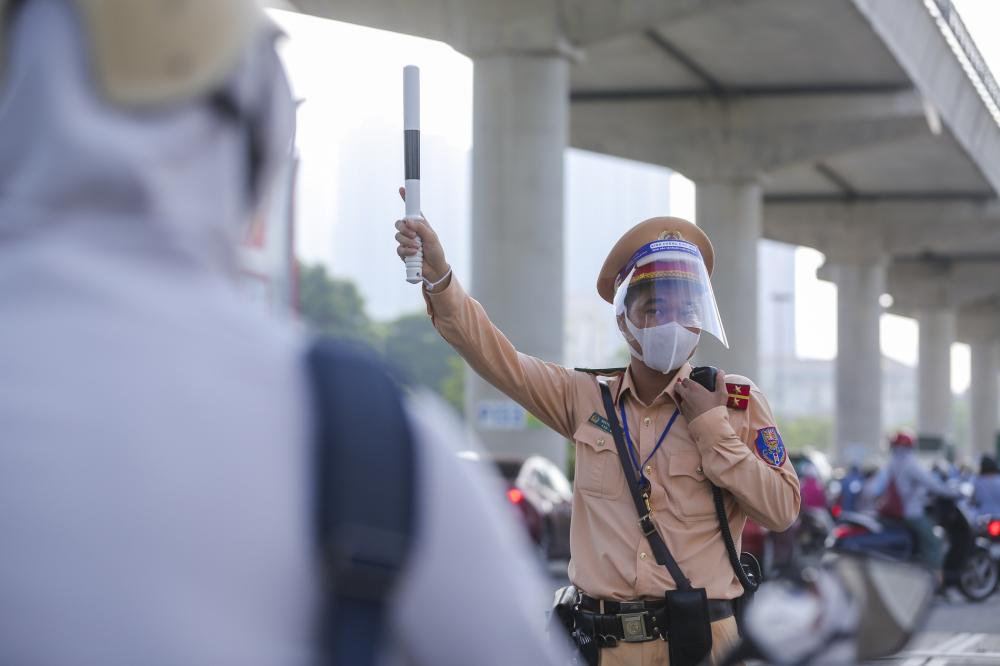 Công tác kiểm soát giấy đi đường được tiến hành nghiêm túc, chặt chẽ. Lực lượng chức năng đã phải hoạt động 'hết công suất' để phân làn, hướng dẫn người dân đảm bảo giãn cách.