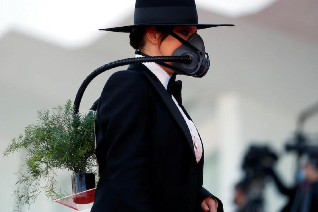 Không khó để đoán được ý nghĩa của bộ trang phục này. Nữ diễn viên cho biết tại Brazil ngoài COVID-19 thì người dân đang phải đối diện với vấn nạn chặt phá rừng, gây nguy hại đến môi trường, đe doạ sự sống.