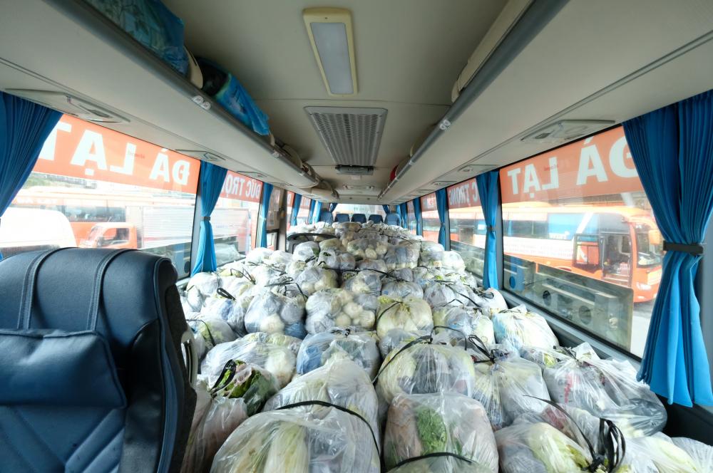 Các xe bus tháo bỏ ghế ngồi để chở hàng.