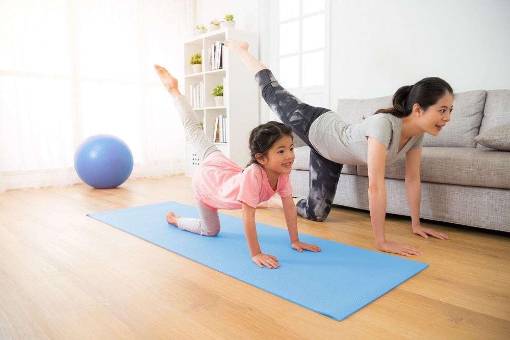 Tập thể dục cùng con là cách để ba mẹ vừa khuyến khích động viên trẻ, vừa giúp con không cảm thấy chán khi  phải ở nhà suốt thời gian dài - Ảnh: CGHL