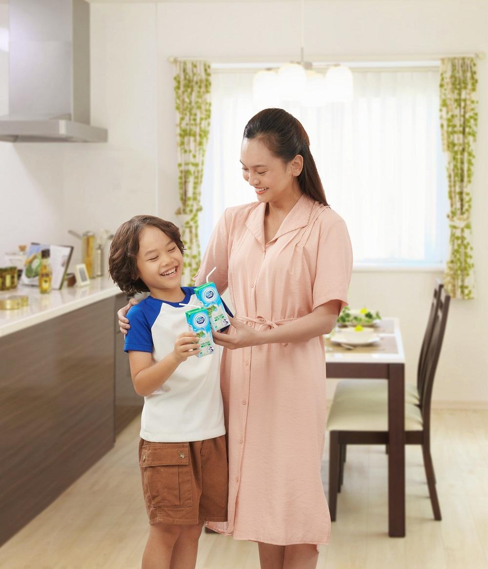 Mỗi hộp sữa tươi Cô Gái Hà Lan (180ml) sẽ cung cấp 30% nhu cầu protein, 20% nhu cầu canxi và các vitamin A, D… nhằm đảm bảo cân bằng dinh dưỡng, giúp trẻ tăng cường sức đề kháng - Ảnh: CGHL
