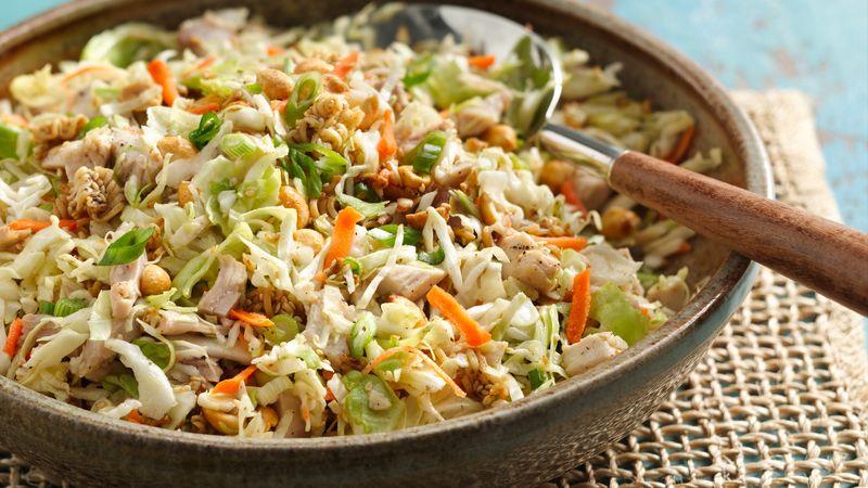 Salad gà giòn 153 đánh giá   95 đánh giá   0 câu hỏi Salad gà giòn Chuẩn bị 15 PHÚT Toàn bộ 22 PHÚT Khẩu phần ăn 6 Giờ dã ngoại! Hãy gói Salad gà giòn cho chuyến dã ngoại tiếp theo của bạn trong công viên! Bởi Betty Crocker Kitchens Cập nhật ngày 1 tháng 10 năm 2006 Thành phần 3 muỗng canh bơ hoặc bơ thực vật 1 gói (3 ounce) hỗn hợp mì ramen hương vị phương Đông 2 thìa hạt vừng 1/4 tách đường 1/4 cốc giấm trắng 1 muỗng canh dầu thực vật 1/2 thìa cà phê tiêu 2 gà nấu chín cắt miếng 1/2 chén đậu phộng rang khô 4 hành lá vừa, cắt lát (1/4 chén) 1 túi (16 ounce) hỗn hợp xà lách trộn  Các bước Ngăn màn hình của bạn tối đi khi bạn nấu ăn.  1 Đun chảy bơ trong chảo 10 inch trên lửa vừa. Đảo đều gói gia vị từ mì. Bẻ mì thành từng miếng vừa ăn trên chảo; khuấy mì vào hỗn hợp bơ. Nấu 2 phút, khuấy liên tục; cho vừng rang vào. Nấu thêm khoảng 2 phút, đảo liên tục cho đến khi mì có màu vàng nâu. 2 Trộn đường, giấm, dầu và hạt tiêu trong một tô lớn. Thêm các thành phần còn lại và hỗn hợp mì; quăng. Mẹo của chuyên gia Giữ cho món salad của bạn giòn bằng cách cho mì vào trước khi ăn. Gà đông lạnh nấu sẵn từ bộ phận thịt là một điều tuyệt vời để có trong tay các công thức nấu ăn sẵn như thế này. Để có thêm hương vị và màu sắc, hãy khuấy các lát cam quýt, để ráo nước trong lon 11 ounce.