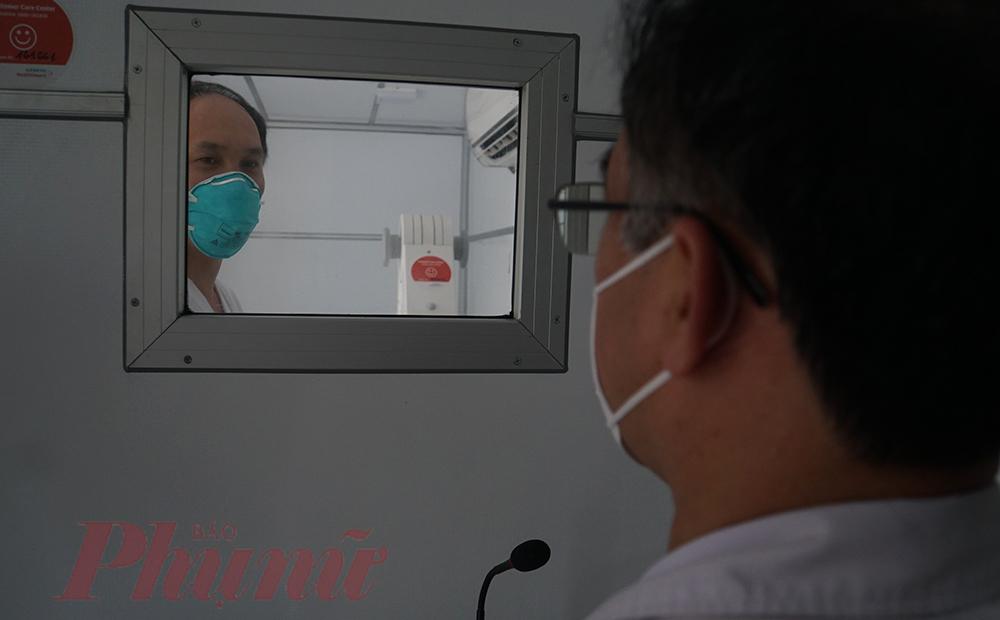 Các phòng có thể liên hệ trực tiếp với nhau qua bộ đàm. Bên cạnh đó kỹ thuật viên có thể gửi hình ảnh về bệnh viện, trung tâm điều trị một cách nhanh nhất qua hệ thống phát wifi ngay trên xe. Từ đó, các y bác sĩ có thể hội chẩn nhanh cho bệnh nhân, đưa ra các quyết định điều trị kịp thời trong tình huống bệnh nhân cần cấp cứu, sàng lọc trước khi vào bệnh viện và phương pháp điều trị sớm cho bệnh nhân
