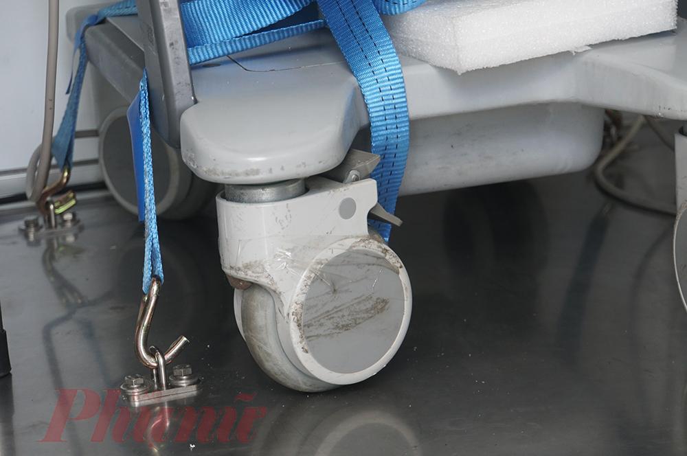Các điểm cố định máy móc chống xê dịch khi xe di chuyển. Xe còn có máy phát điện để đảm bảo cắm điện nguồn hoặc tự phát điện đủ công suất cho máy XQuang, máy siêu âm hoạt động cũng như các vấn đề kỹ thuật phát sinh trong xe. Đặc biệt là phục vụ tầm soát dịch ở các vùng sâu vùng xa, vùng không có điện.