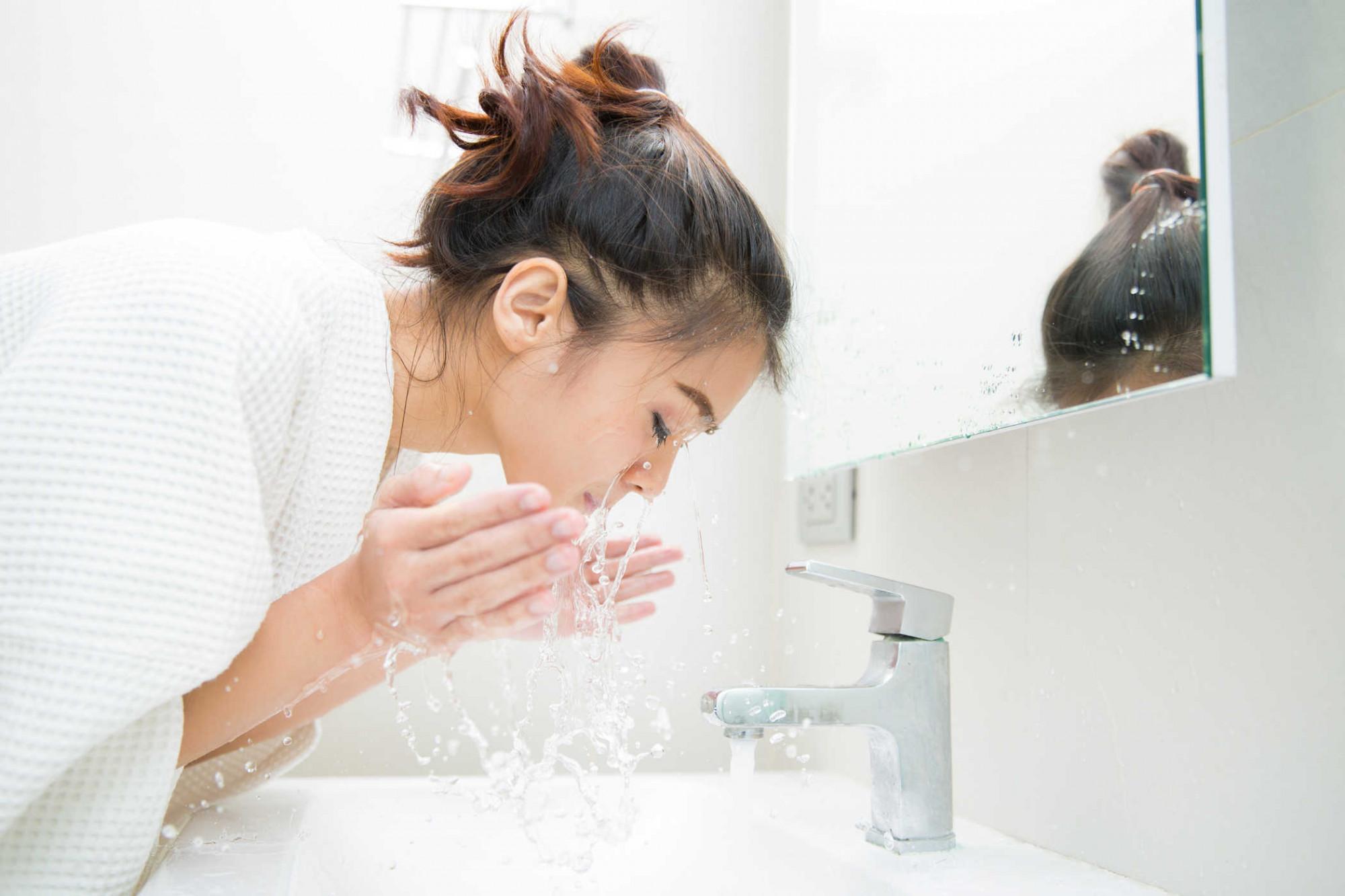 Giữ da sạch không có nghĩa là rửa mặt liên tục mỗi ngày