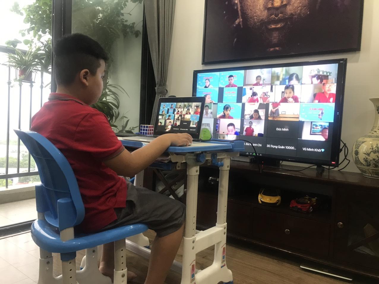 Bé Phan Anh – lớp 3A12 Trường tiểu học Lê Quý Đôn được bố áp dụng giải pháp chia sẻ màn hình máy tính lên ti vi có màn hình lớn giúp thuận tiện hơn rất nhiều trong việc học.